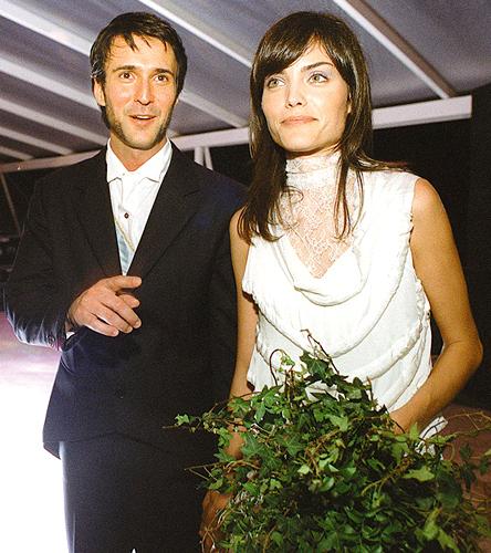 Luciana Curtis com vestido em camadas e gola rendada criado por Alexandre Herchcovitch para seu casamento com o fotógrafo Henrique Gendre, em 2001