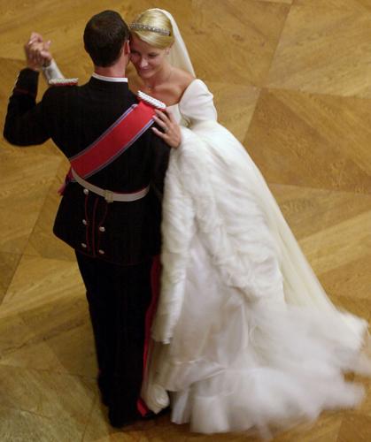 Mette-Marit, princesa da Noruega, dança com o marido Haakon durante sua cerimônia de casamento, em 2001. O vestido, com leve volume nos ombros, foi criado pelo estilista norueguês Ove Harder Finseth