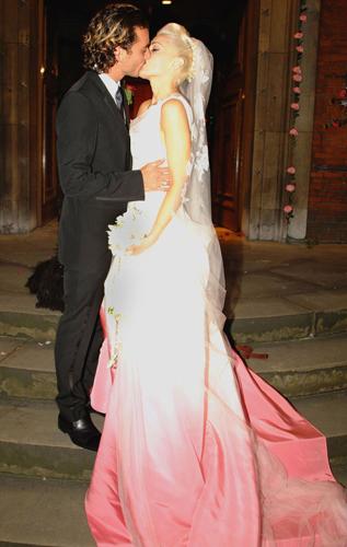 Gwen Stefani optou por um vestido Christian Dior de seda com cauda rosa para seu casamento com o músico Gavin Rossdale, em 2002