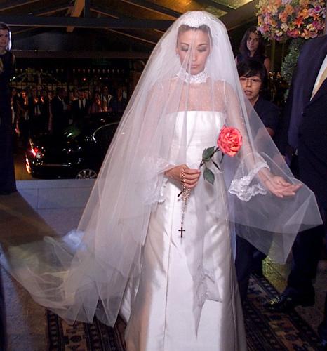 Janaína Barbosa de vestido em zibeline italiana e renda valenciana criado por Flávia Galli para seu casamento com Otávio Mesquita, em 2002