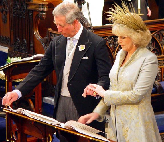 Camila Parker Bowles em vestido Robinson Valentine cinza de manga comprida, comportado, com bordado dourado, em seu casamento com o príncipe Charles, herdeiro do trono britânico, em 2005