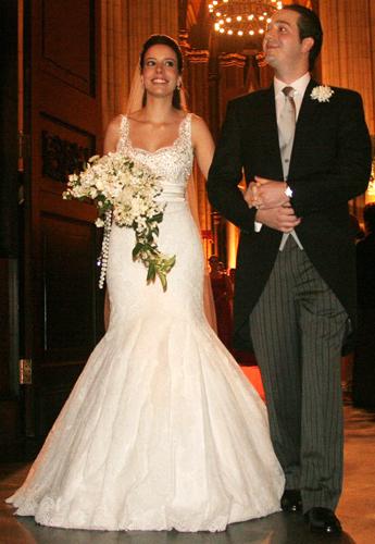 Liana Moraes, filha de José Ermírio de Moraes, usa vestido de Sandro Barros para a Daslu com saia estilo sereia volumosa em seu casamento com Guilherme Almeida Prado, em 2005