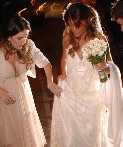 Patrícia Gasparian recebe uma ajuda final da estilista Emannuelle Junqueira antes de se casar com o empresário Pedro Jereissati, em 2006