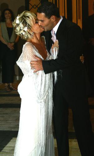 Ana Maria Braga em vestido de Walter Rodrigues, criado desenhado de maneira que lembrasse um xale, durante seu casamento com o empresário Marcelo Frisoni, em 2007