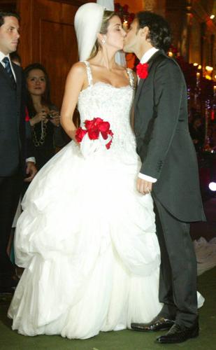 Raffaela Bassi usa vestido em camadas Dolce & Gabbana em seu casamento com o piloto Felipe Massa, em 2007