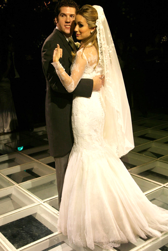 Helena Lunardelli usou um vestido rendado com manga comprida criado pelo estilista Sandro Barros para a Daslu, em seu casamento com o empresário Hamilton Diniz, em 2008
