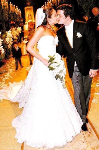 Luciana Tranchesi, herdeira da Daslu, usa tomara-que-caia com saia longa criado por Sandro Barros para a grife da mãe, Eliana, em seu casamento com Guilherme Mussi, em 2008
