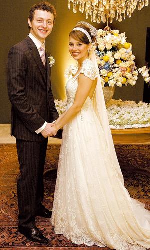 Sandy em vestido off-white com rendas e bordados de cristais e pedras e detalhes em couro criado por Emannuelle Junqueira durante seu casamento com o violinista Lucas Lima, em 2008