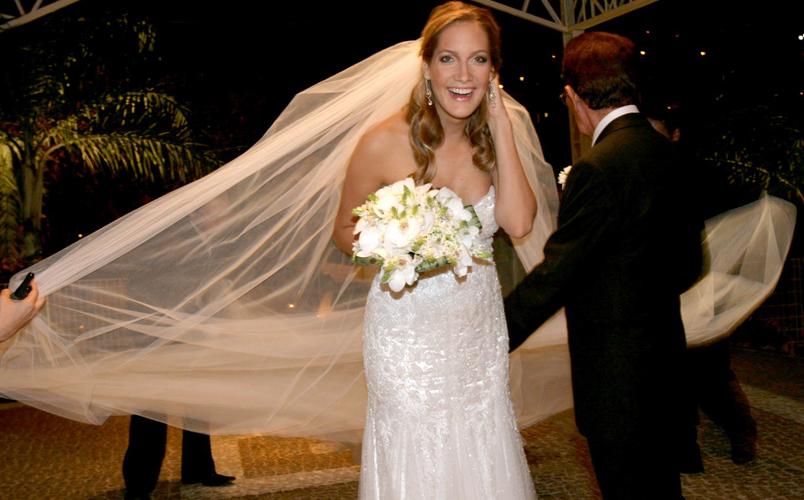 Schynaider de Moura e Souza em tomara-que-caia da Daslu com véu longo em tule ao chegar a seu casamento com o empresário Mario Bernardo Garnero, em 2008