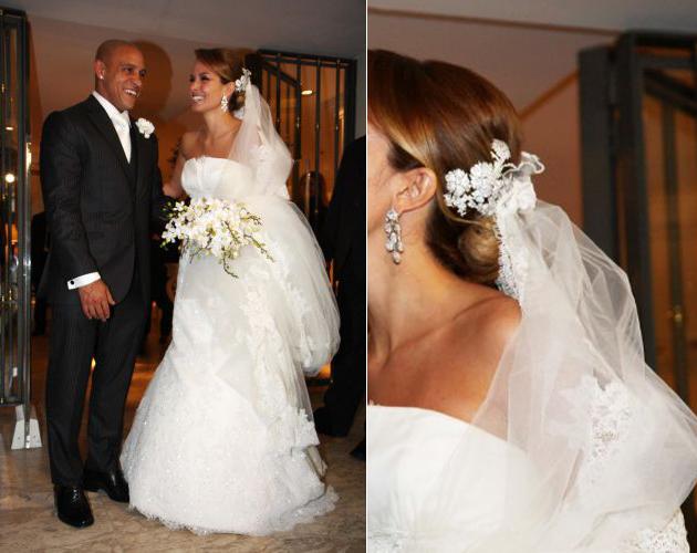 Mariana Luccon, de tomara-que-caia com saia em tule rendado do estilista espanhol Manuel Motta, em seu casamento com o jogador de futebol Roberto Carlos, em 2009
