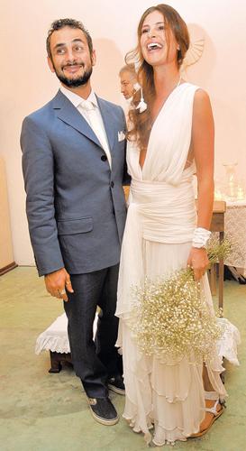 Sabrina Gasperin em vestido drapeado com saia em camadas com pouco volume criado pela dupla Raia de Goeye, durante seu casamento com o designer de joias Ara Vartanian, em 2009