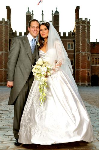 A atriz britânica Sophie Winkleman optou por tomara-que-caia perolado criado por Anna-Roza Bistroff para seu casamento com o lorde Frederick Windsor, em 2009