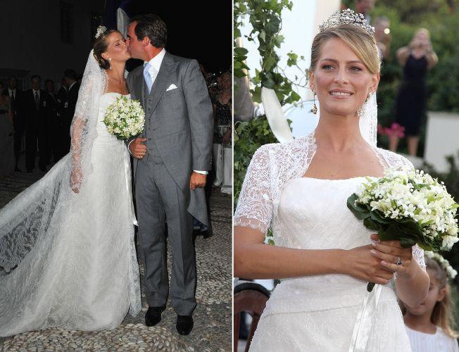 O príncipe grego Nikolaos casou-se com Tatiana Blatnik em Spetses, na Grécia. A noiva usou um vestido com decote estruturado reto e mangas curtas de renda. O véu também em renda foi preso a um penteado clássico, arrematado por um coroa (25/08/2010)