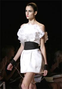 Top Carol Pantoliano desfila coleção de Alexandre Herchcovitch para o Verão 2008 em NY - AFP