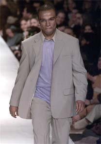 O cantor Alexandre Pires, em desfile do estilista Ricardo Almeida, em 2000