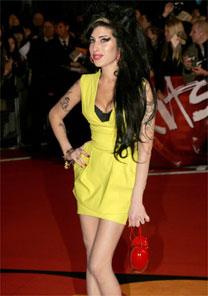 A cantora britânica Amy Winehouse posa ao chegar para o Brit Awards em fevereiro - Reuters