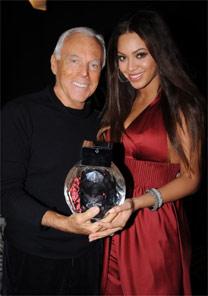 O estilista Giorgio Armani e a cantora Beyoncé durante o lançamento