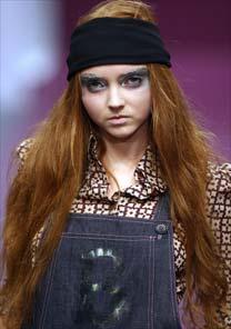 A modelo inglesa Lily Cole desfila para a Biba, na última terça (19), em Londres