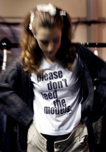 Modelo veste a camiseta no backstage de um dos desfiles da Semana de Moda de Londres (16/2)