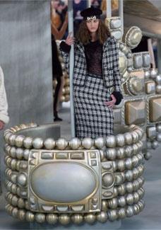 Para o Inverno 2008/09, a Chanel mostrou coleção de luxo rebelde com ícones da grife em carrossel