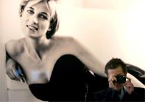Peruano Mario Testino posa em frente a foto a imagem de Diana, em mostra de 2005 - EFE