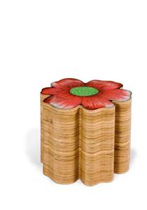 Banco Flor de Chita, de Isabela Vecci, é uma das peças com toque brasileiro da coleção