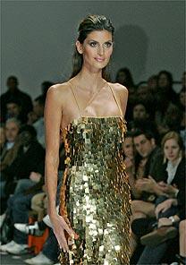 Top Isabella Fiorentino desfila com vestido de sete quilos de ouro na África do Sul