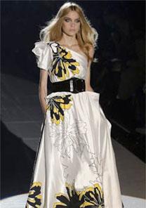 Modelo desfila vestido da coleção de Verão 2008 da Gucci, em Milão