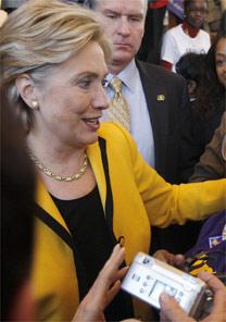 A candidata Hillary Clinton com seu tailleur amarelo - AFP