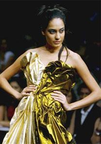Modelo desfila look criado pelo estilista Prashant Verma em semana de moda na Índia - AFP
