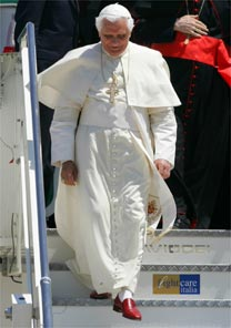 Após visita ao Brasil, Papa desce de avião em Roma com seus sapatos vermelhos da Prada - AFP