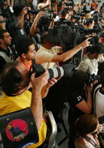 Fotógrafos a postos no PIT em desfile do SPFW