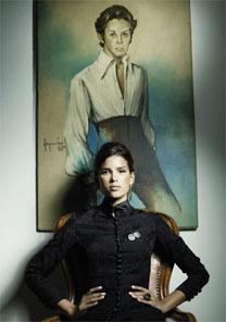 Com vestido de Dener, a top Raica de Oliveira posa em frente a retrato do estilista
