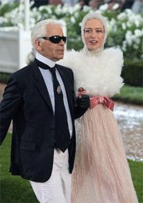 Top Raquel Zimmermann e estilista Karl Lagerfeld durante desfile de alta-costura da Chanel