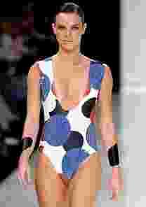 Modelo e atriz Letícia Birkheuer desfila com maiô marcado por linhas geométricas - Alexandre Schneider/UOL