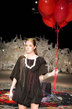 Rita Wainer apresentou coleção de poucas peças com espírito hippie e toques de glamour - Alexandre Schneider/UOL