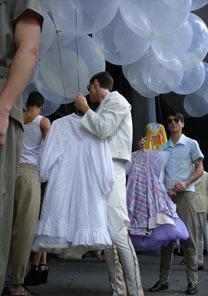 Arrumando a fila, na bagunça dos fios e balões - Renato De Cara/UOL