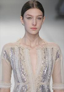 A estilista Glória Coelho apresentou um verão de muitos vestidos em tecidos delicados - Alexandre Schneider/UOL