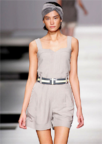 Coleção confortável da Huis Clos tem macaquinho de cintura alta desfilado por Juliana Imai