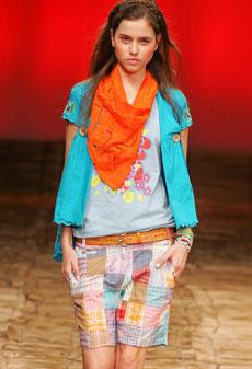 Coleção teen da Têca teve patchwork, peças em linho e camisas de manga curta em cores florais - Alexandre Schneider/UOL