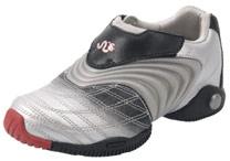 O tênis que pode ser ajustado conforme o crescimento dos pés - BBC
