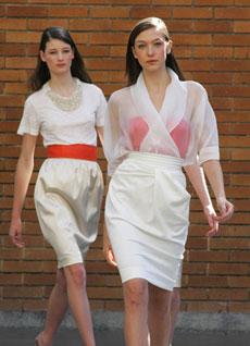 Saias com cintura marcada foram acompanhadas por tops coloridos sobrepostos por organza - Alexandre Schneider/UOL