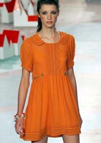 Vestido da Triton é ótimo para o verão: curto, soltinho e num tom forte de laranja