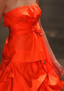 Vestido coral com trabalho de volumes e repuxados do desfile da UMA - Alexandre Schneider/UOL