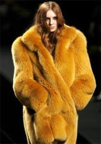 Coleção tem casacos de pele tingidos de cores vibrantes