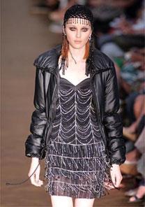 Vestido preto curto de franjas feitas de seda cortada a laser foi um dos destaques do estilista - Alexandre Schneider/UOL