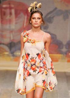 Vestidos de festa de Victor Dzenk ganharam alças bordadas com flores para o Verão 2009 - Alexandre Schneider/UOL