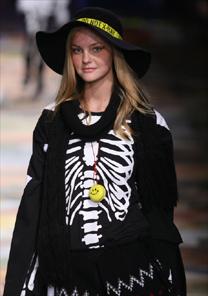 Carol Trentini veste roupa de esqueleto no protesto da Vide Bula contra anorexia - Silvia Boriello/UOL