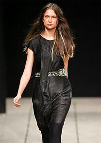 """Vestido com duas """"superpregas"""" perdeu efeito elegante com cinto de pedras turquesa - Alexandre Schneider/UOL"""