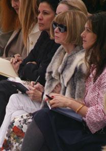 A poderosa editora faz anotações no desfile de Nina Ricci